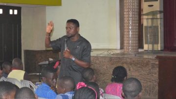 Olumide Idowu teaching on the #teachrecyclingearly campaign